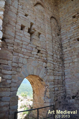 Porta de la torre campanar i finestra en forma de creu